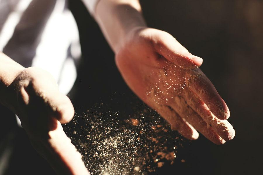 manos arena luz palmada