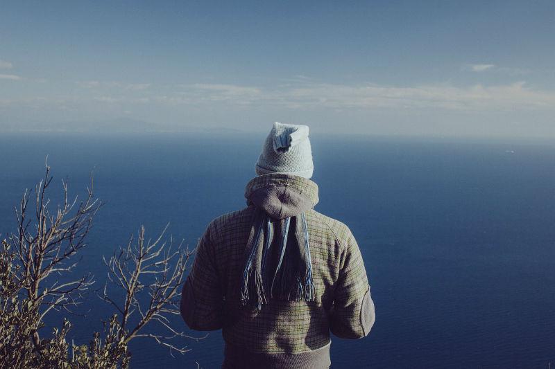 hombre horizonte mar