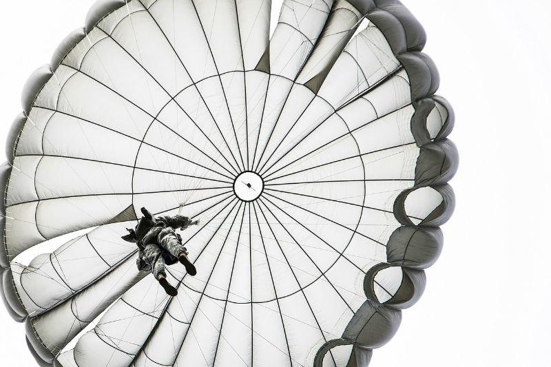 paracaidas hombre