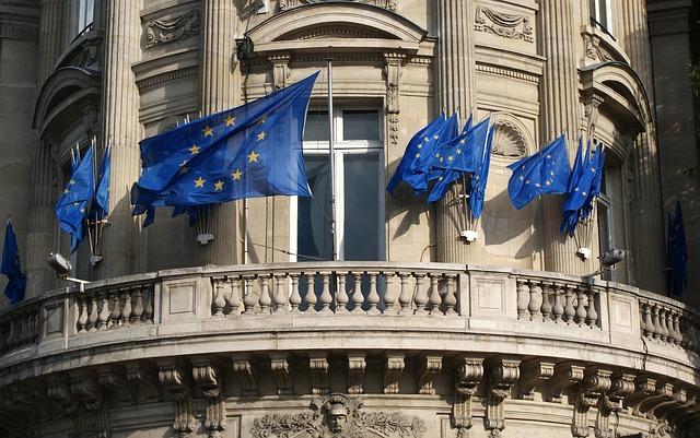 edificio ventana banderas europa