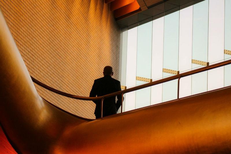 oficina escaleras hombre