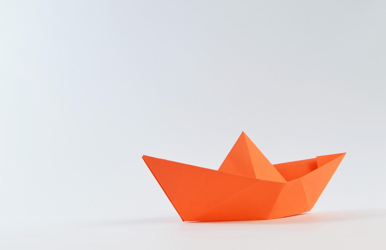 barco papel naranja