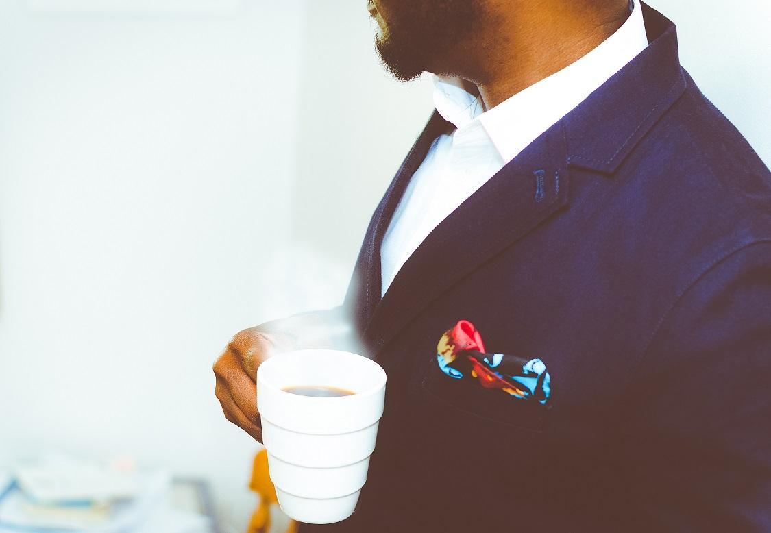 hombre cafe mano traje