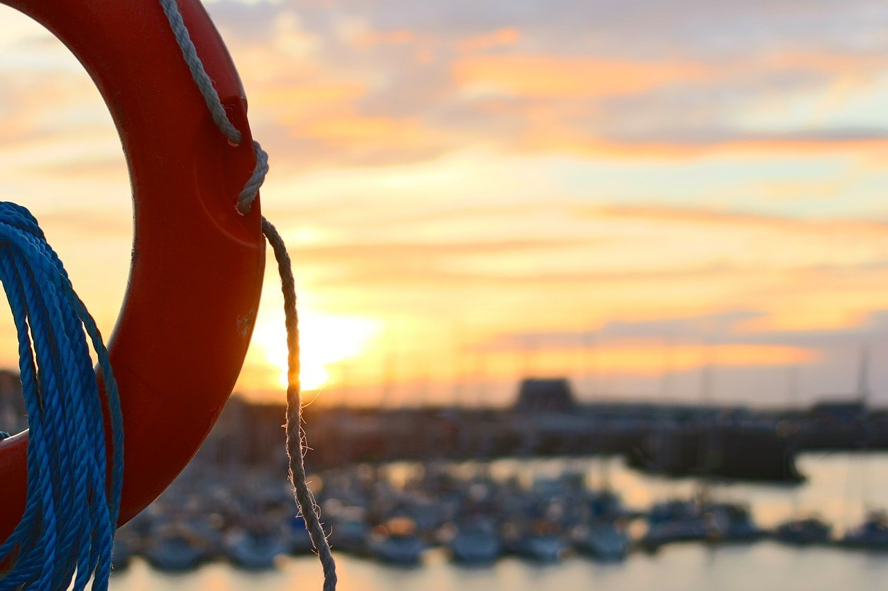 salvavidas puerto atardecer