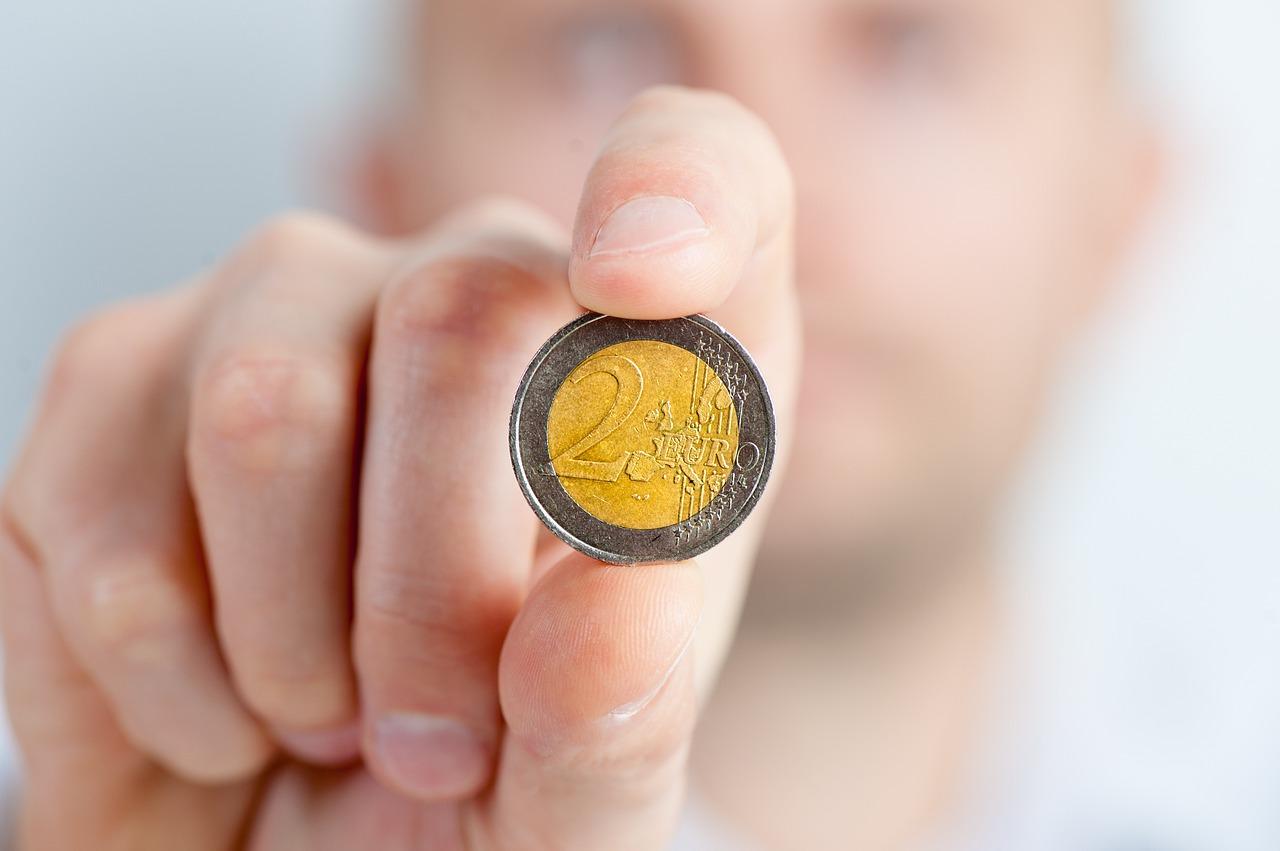 moneda dos euros mano