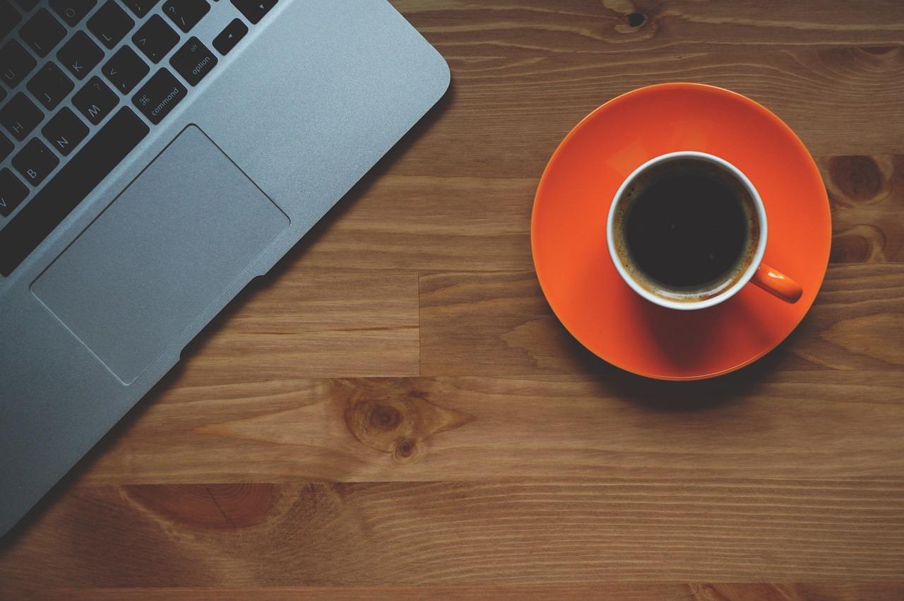 cafe taza naranja ordenador