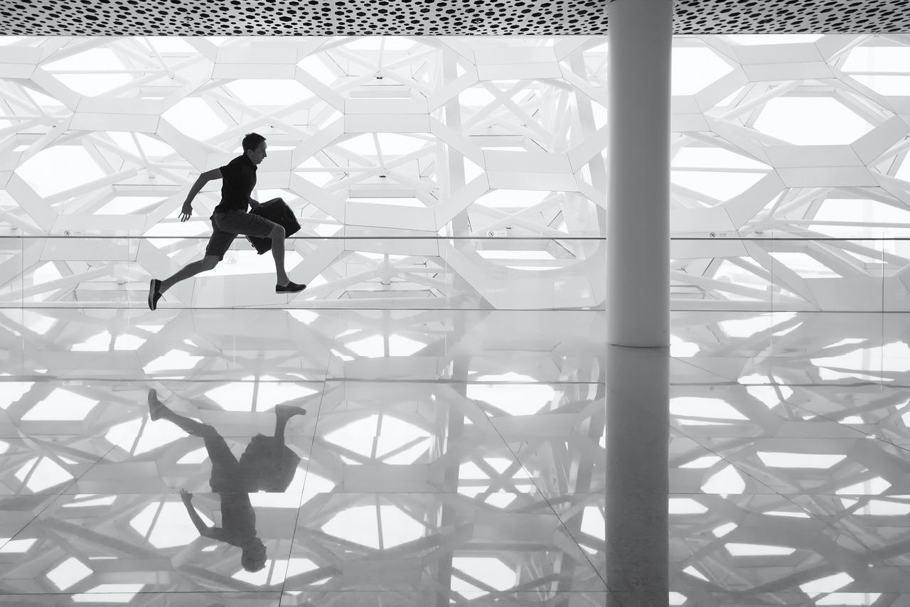hombre corriendo blanco negro