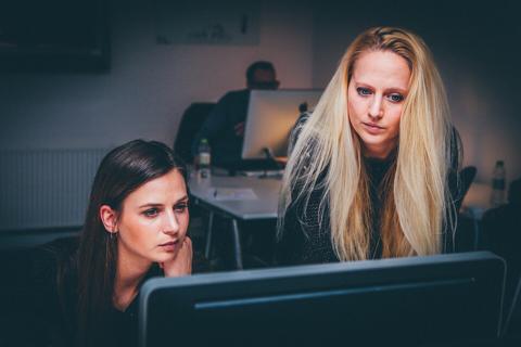 mujeres ordenador oficina