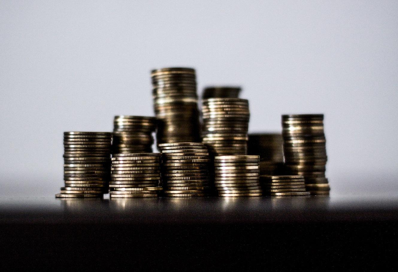 monedas apiladas doradas