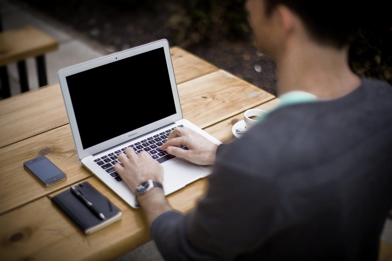 hombre trabajo macbook portatil