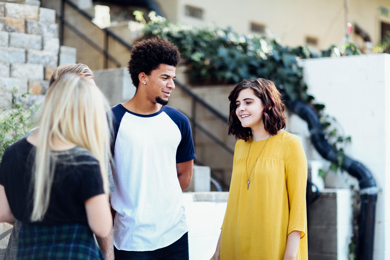jovenes hablando calle
