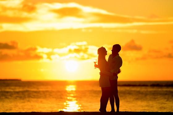 pareja playa atardecer naranja