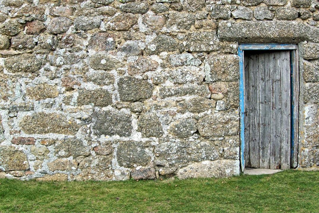 puerta abierta piedra campo