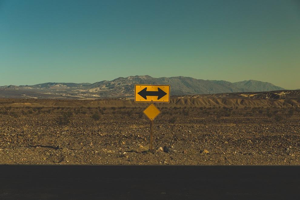 senal amarilla carretera direccion