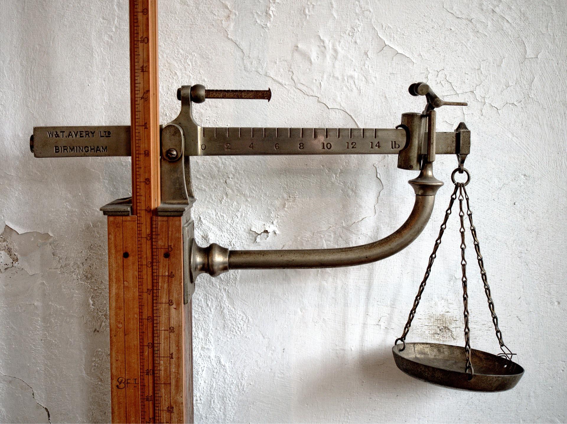 balanza peso madera