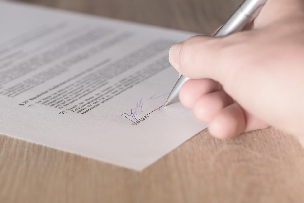 firma contrato mano papel