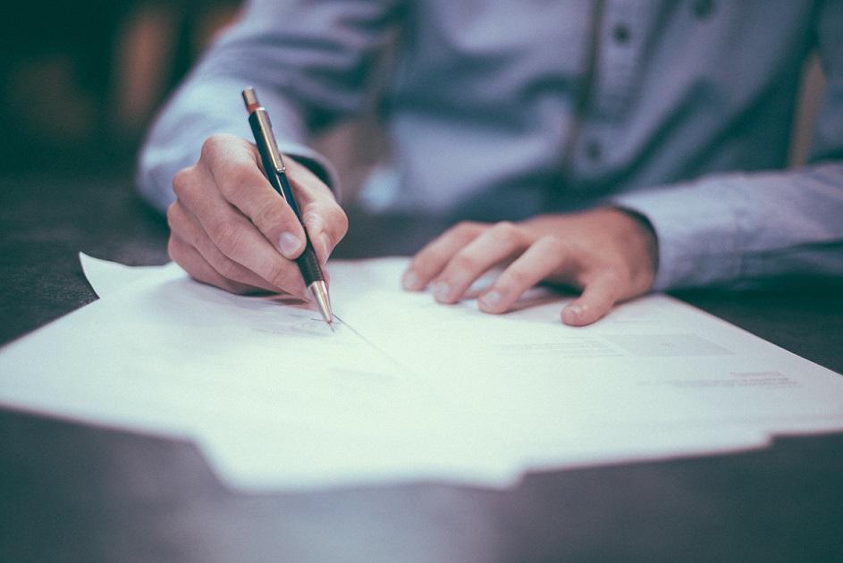 firma papel manos mesa hombre