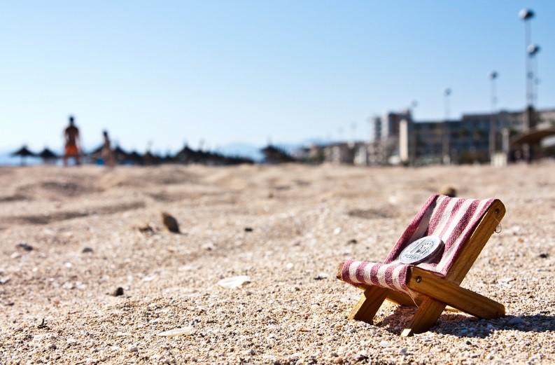 hamaca arena mar moneda