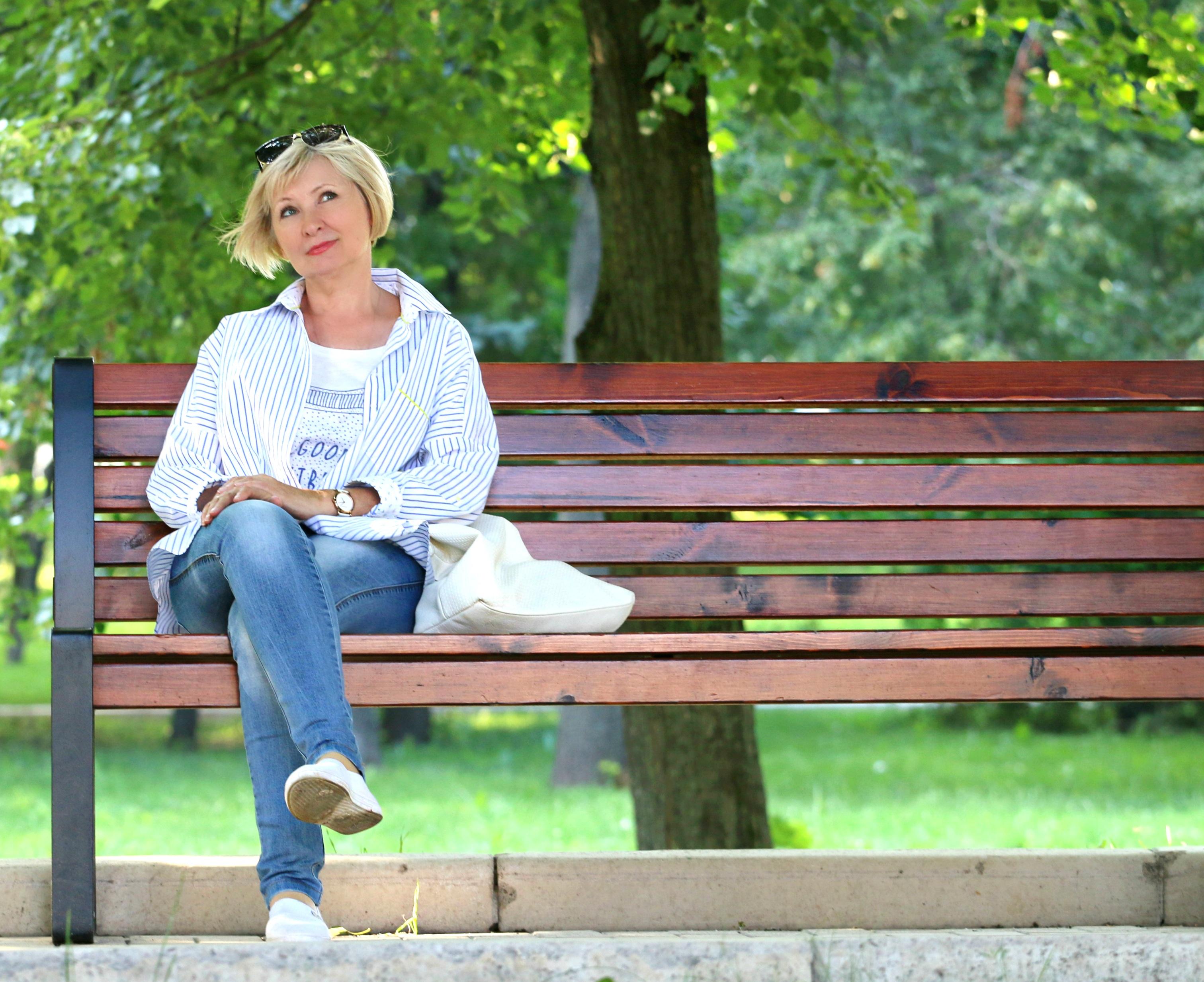 mujer rubia banco parque