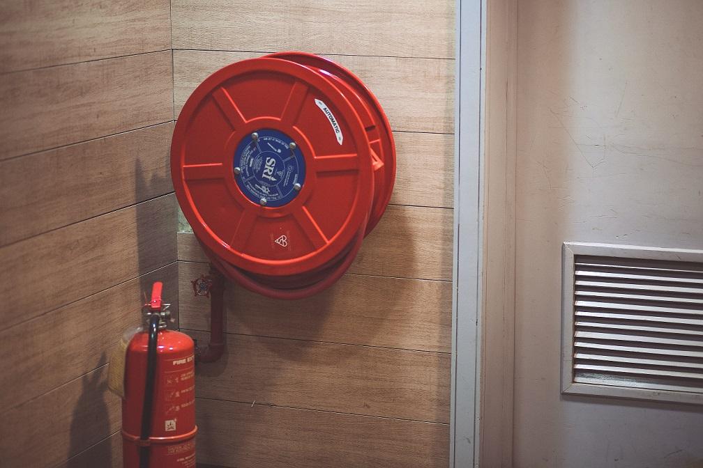 extintor incendios rojo pared