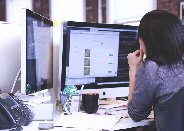 mujer ordenador trabajo