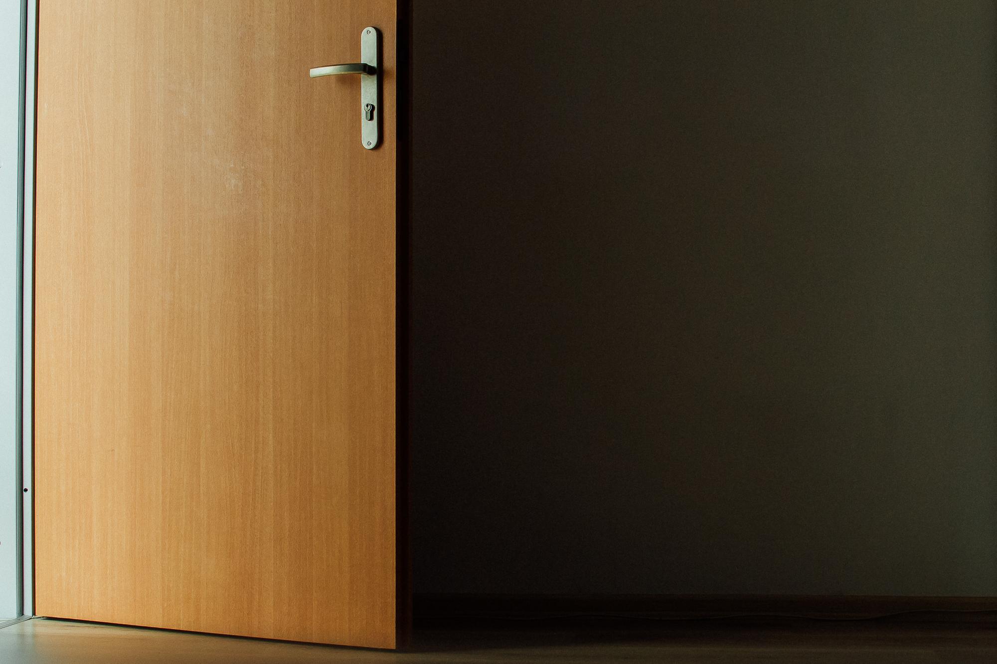 puerta abierta madera