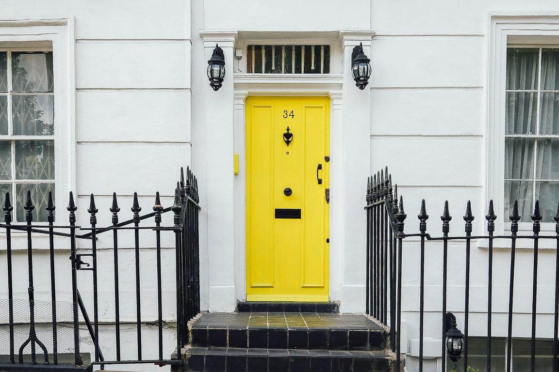 puerta casa amarilla