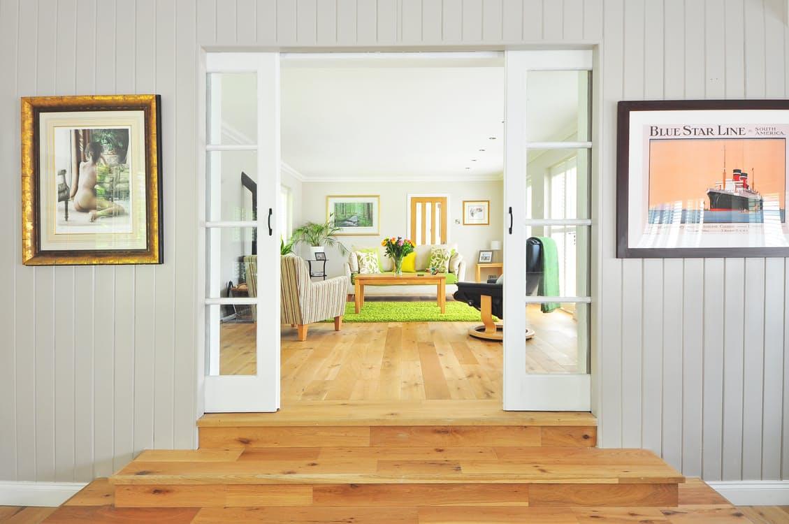 salon entrada madera cuadros