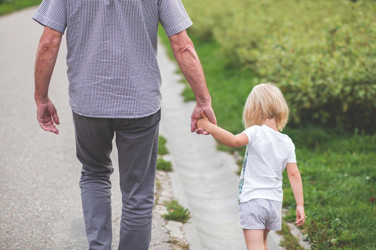abuelo nieta caminar parque