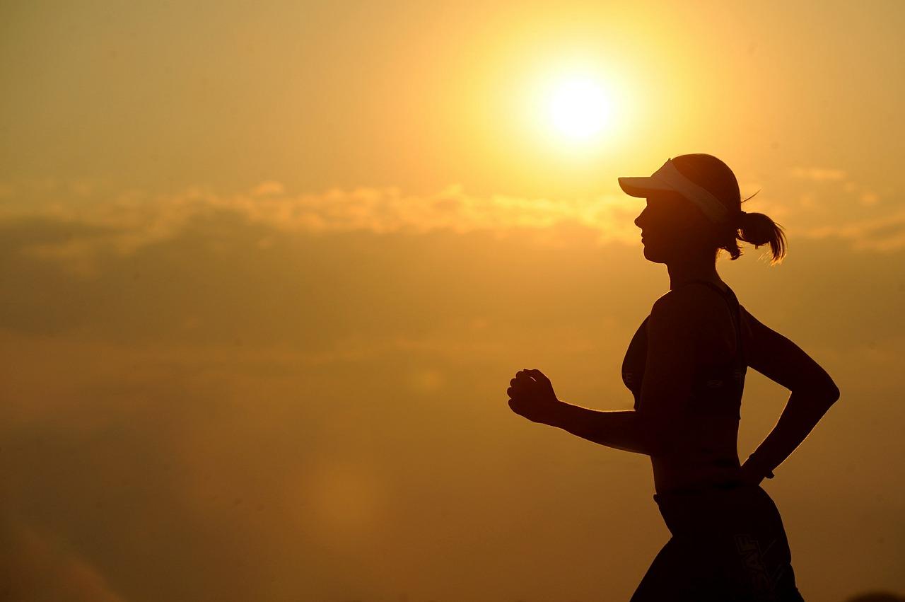 mujer silueta correr atardecer