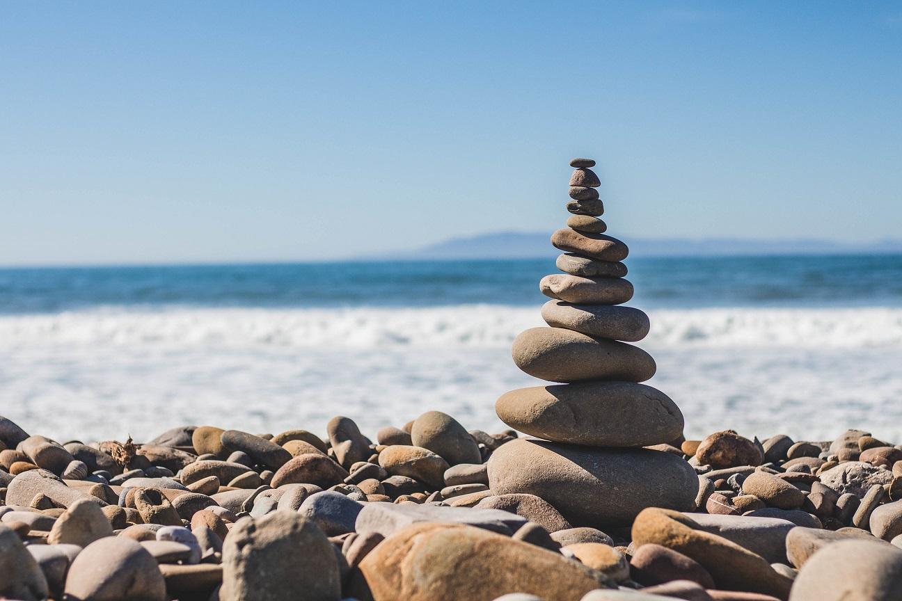 piedras torre playa mar