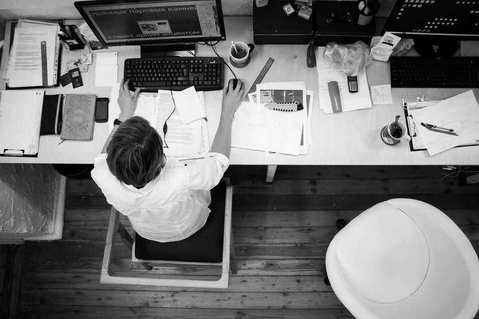 trabajador mesa escritorio ordenador
