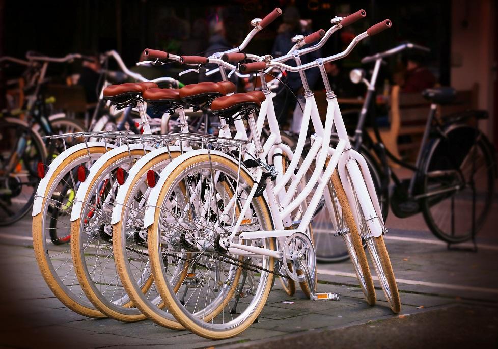 bicicletas blancas aparcadas