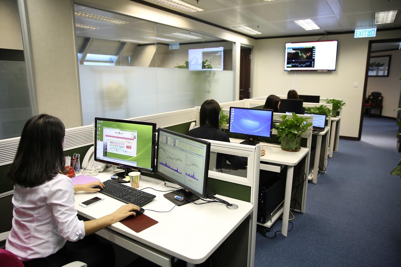 oficina personas mesas ordenador