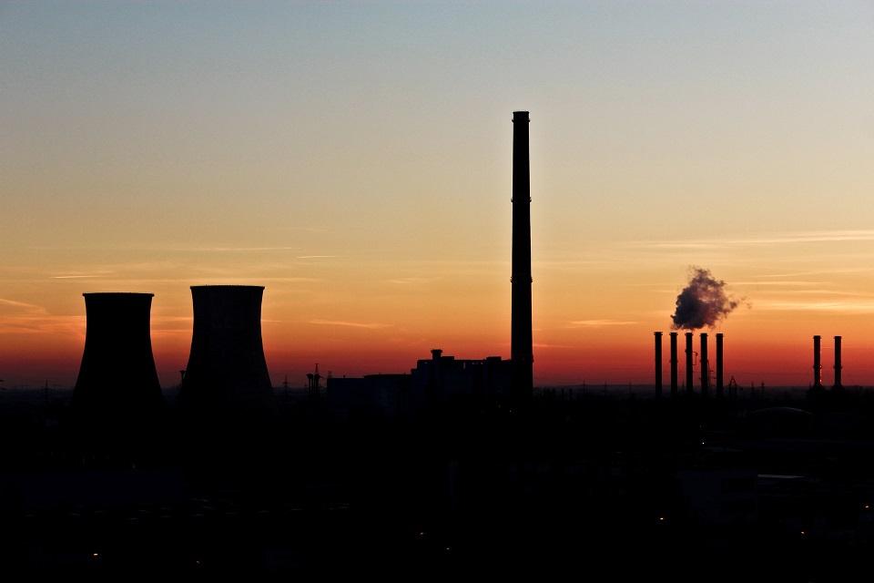 industria chimenea humo atardecer