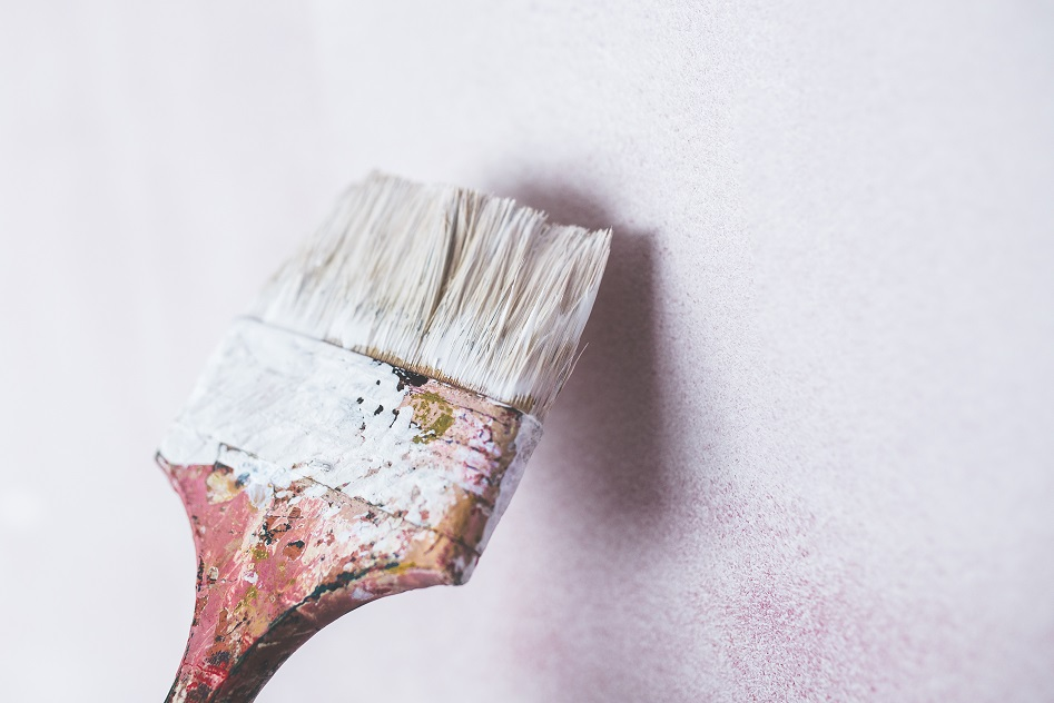 pintar pared cepillo blanco