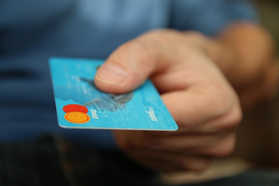 tarjeta debito mano persona
