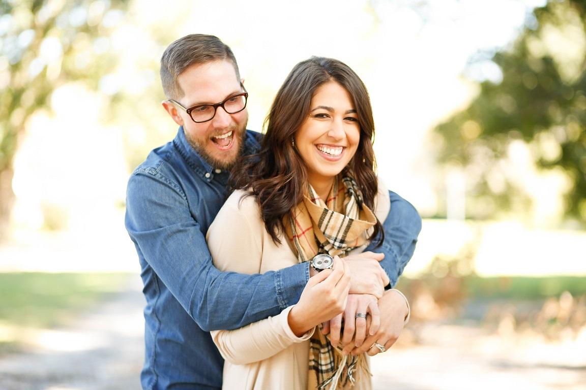 abrazo pareja felicidad