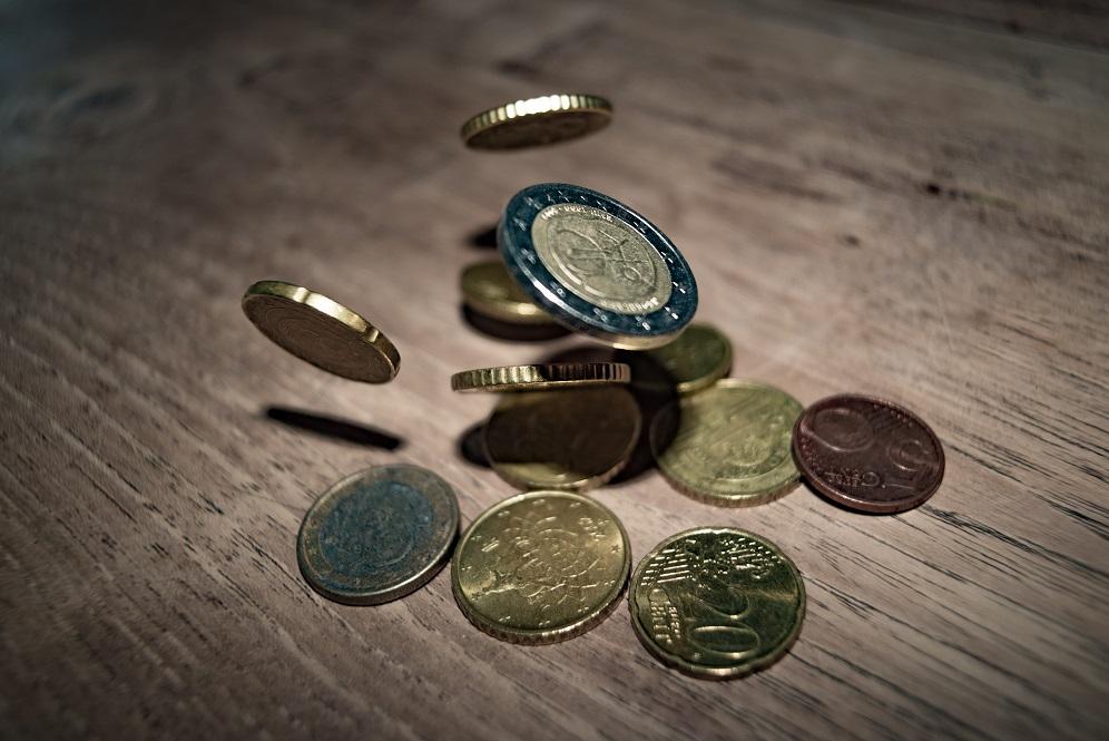 monedas madera mesa