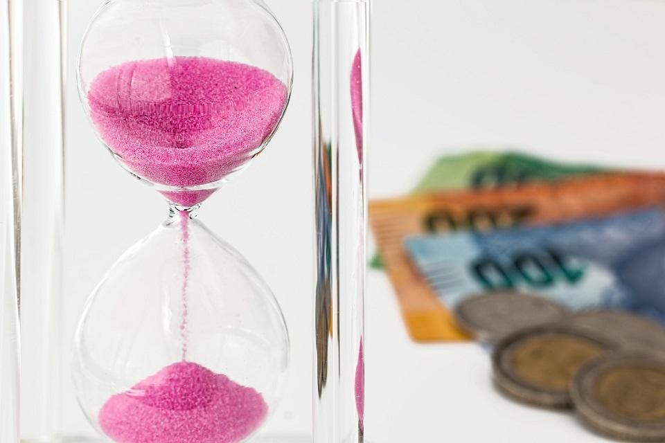 reloj arena rosa billetes