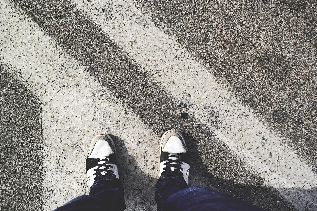 pies-suelo-carretera