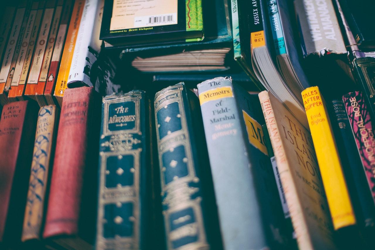 libros tomos apilados biblioteca