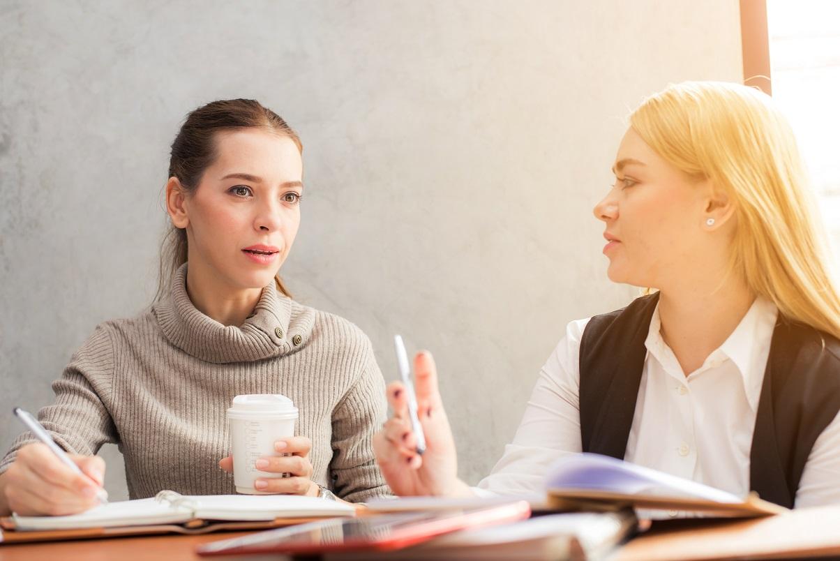 mujeres trabajando oficina
