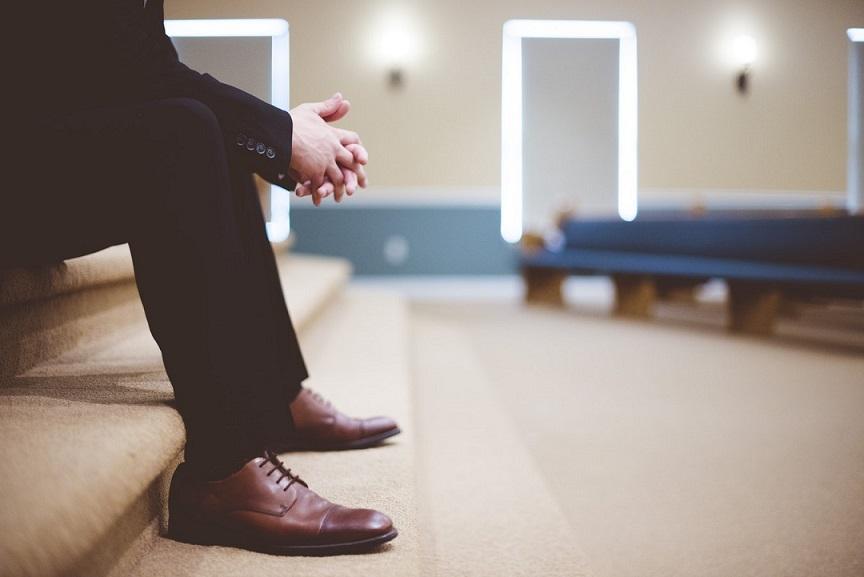 zapatos traje hombre sentado