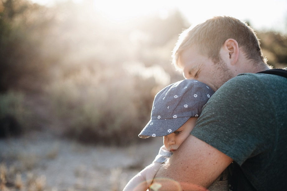 padre hijo abrazo