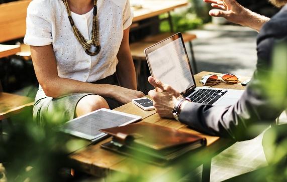 personas hablando reunidas