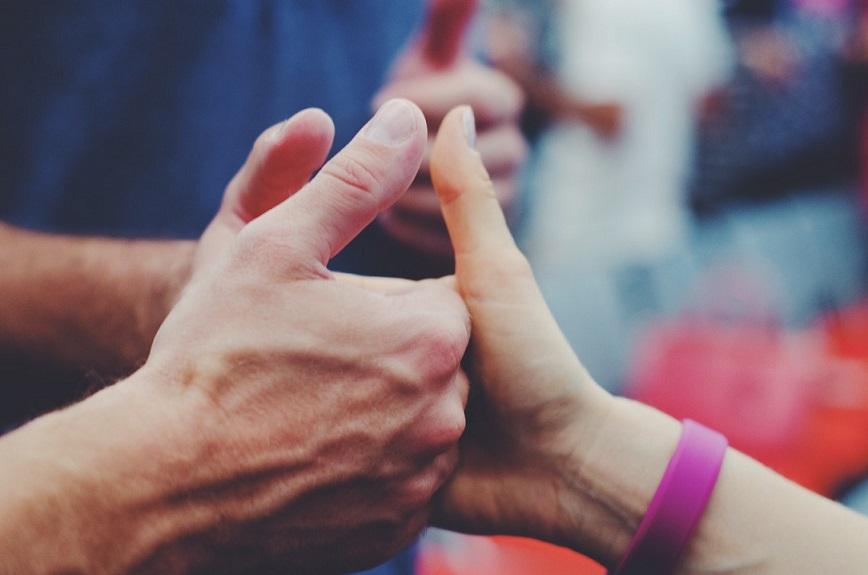 persona dedo levantado