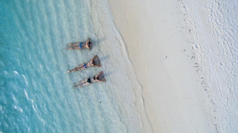 personas playa descanso