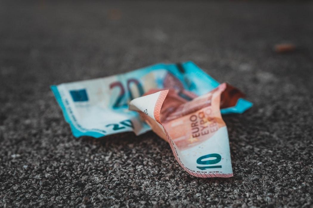 billetes euro suelo