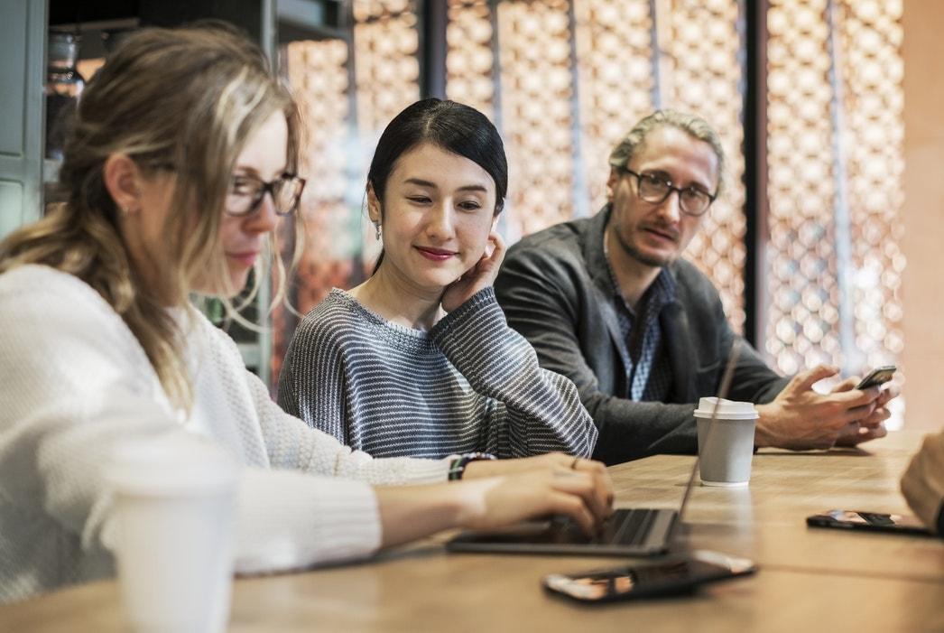 personas meeting ordenador